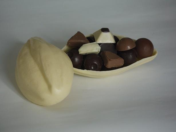 Petite cabosse de 100g, peut être garnie de 150g de chocolatss